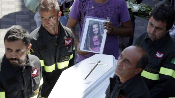 Bomberos llevando el féretro de Giulia Rinaldo, de 10 años