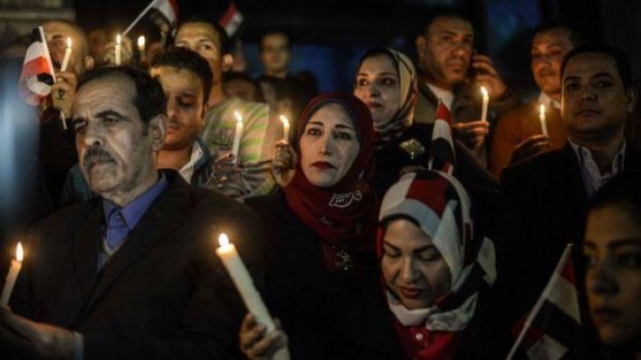 مصريون يحملون الشموع