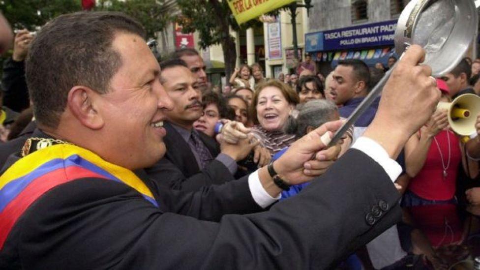 Hugo Chávez con cacerola en la mano se acerca a la población