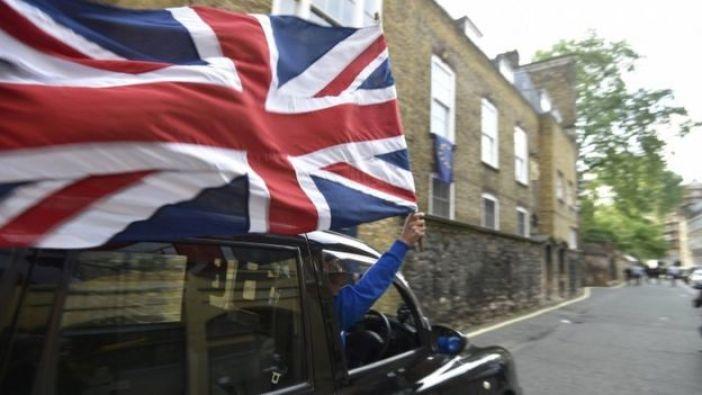 Un defensor del Brexit en un taxi negro en Reino Unido.