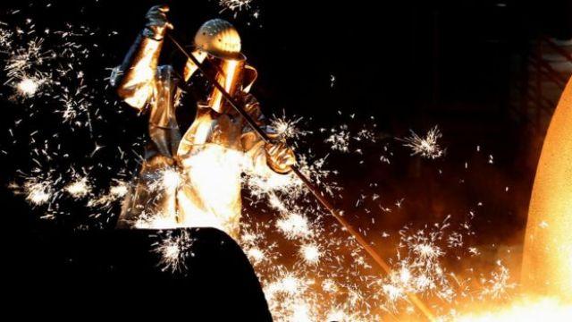Trabalhador em fábrica de aço