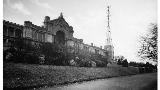 Torre de transmissão ao lado do Alexandra Palace