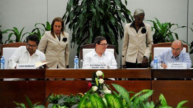 Jefes negociadores del gobierno de Colombia y las FARC firmando el acuerdo.