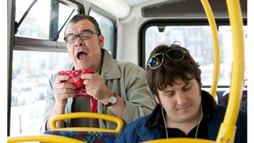 Otobüste hapşıran bir adam