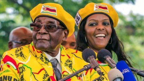 ムガベ大統領(写真左)の後継者として現在、最も有力視されているのがグレース夫人(同右)だ
