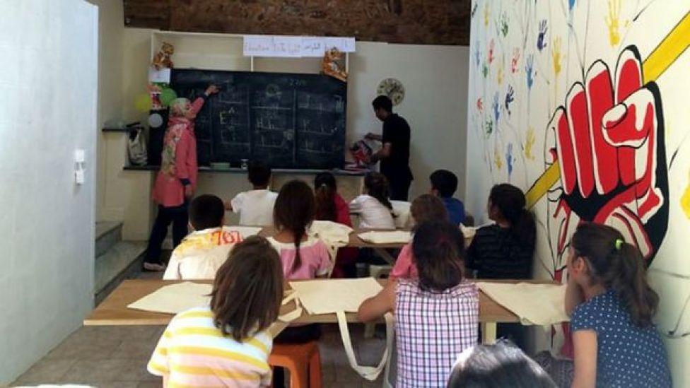Los niños reciben clases en un salón improvisado en el antiguo local de un restaurante.