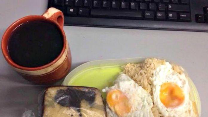 Un café junto a una laptop