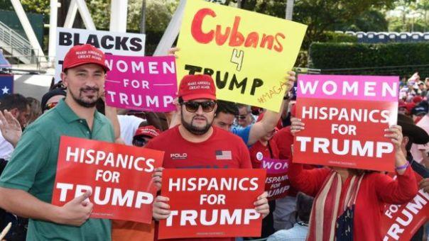 Grupo de hispanos en un mitin de Trump.