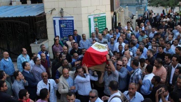 مصريون يشيعون جثمان ضابط قتل في هجوم الواحات
