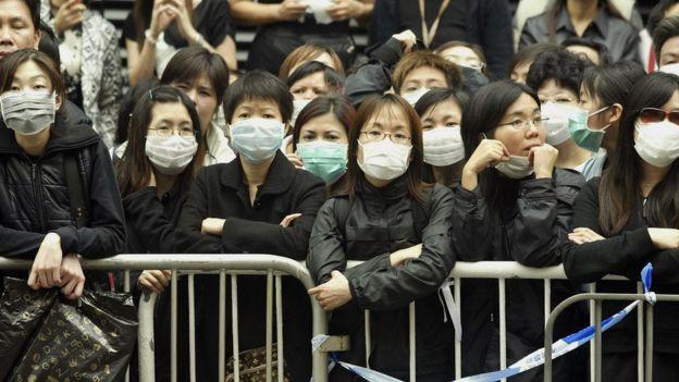 Gente en Hong Kong se protege de la pandemia del SARS