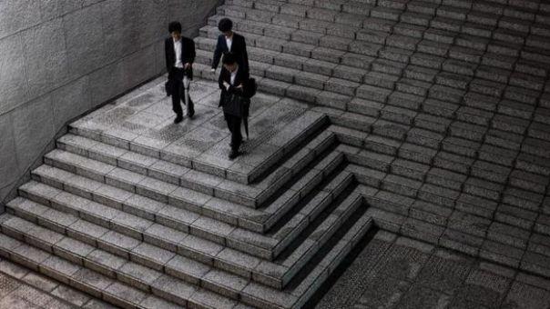 Trabajadores japoneses bajando una escalera