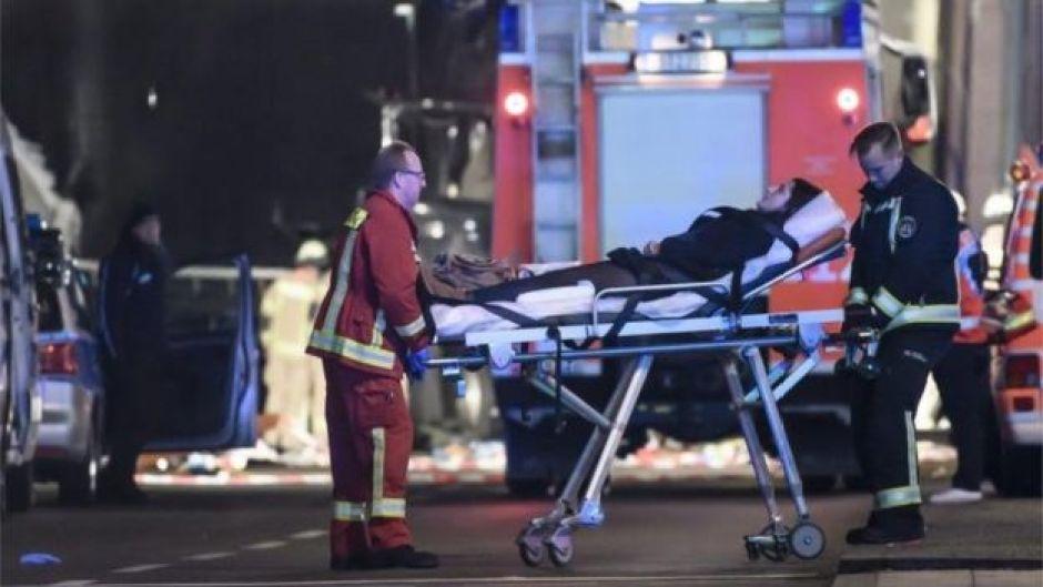 Una mujer es llevada en una camilla tras el incidente en Berlín.