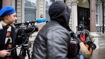Varios medios de comunicación se han apostado en la entrada de la firma Orbis, donde trabaja Steele.