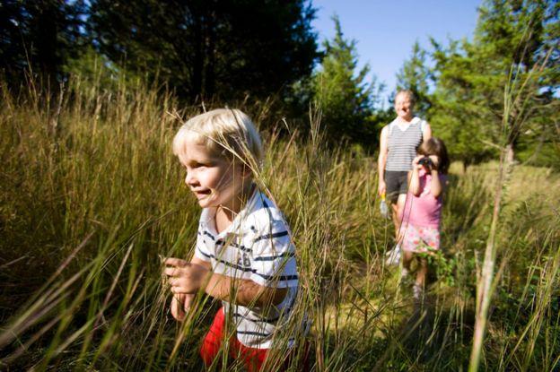 Una madre y sus niños caminan cerca de Lyme, Connecticut
