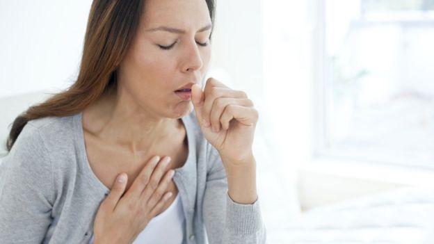 mulher tossindo