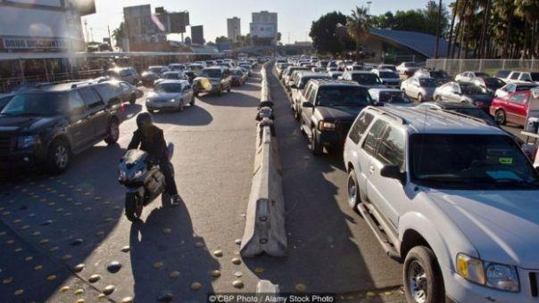 Filas de automóviles en el punto de control fronterizo estadounidense