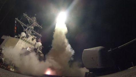 米海軍は駆逐艦ロスから発射したミサイルの映像を公表した(現地時間4月7日)