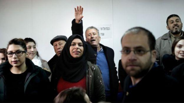 Bassem Tamimi, le père d'Ahed, le salue d'un signe de la main à son arrivée au tribunal.