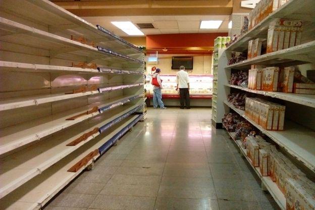 Kleiegetreide Kästen waren in diesem Caracas Supermarkt im Juni verfügbar