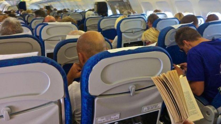 Uçakta oturan yolcular