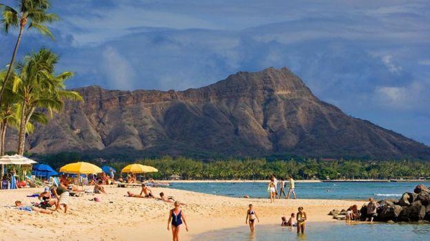 أحد الشواطيء التي يرتادها السياح في هاواي