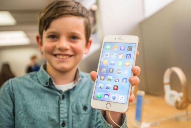 Niño con un iPhone 6