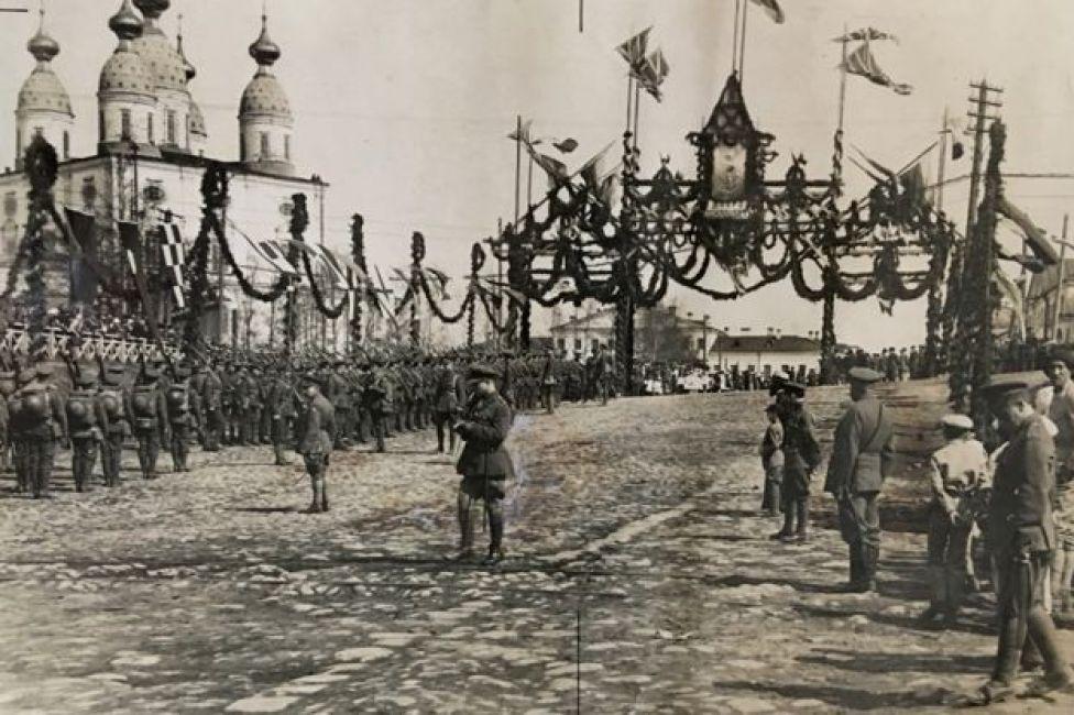 1919-ஆம் ஆண்டு ஆர்க்ஹான்ஜெல்ஸ்க் பகுதியில் அணிவகுத்து நிற்கும் பிரிட்டிஷ் மற்றும் பிரெஞ்ச் வீரர்கள்