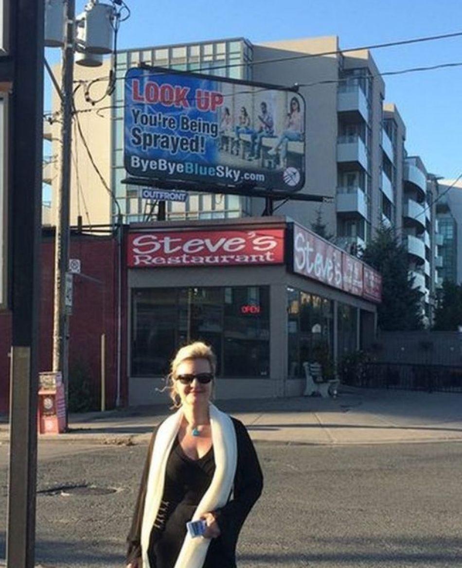 Suzanne Maher en Toronto frente a una pancarta de Bye Bye Blue Sky (Foto: Suzanne Maher)