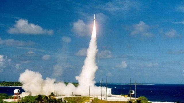 un misil antibalístico en el aire
