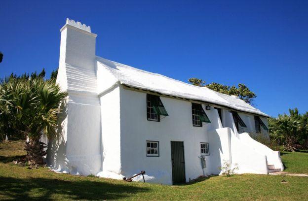 Casa con techo blanco y escalonado en las Islas Bermudas
