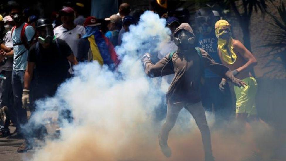 Gases lacrimógenos son accionados en una protesta de la oposición