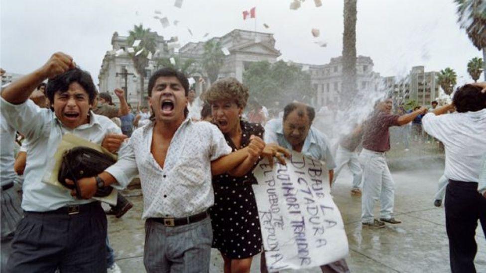 Manifestantes reprimidos durante una protesta en Lima en 1992.