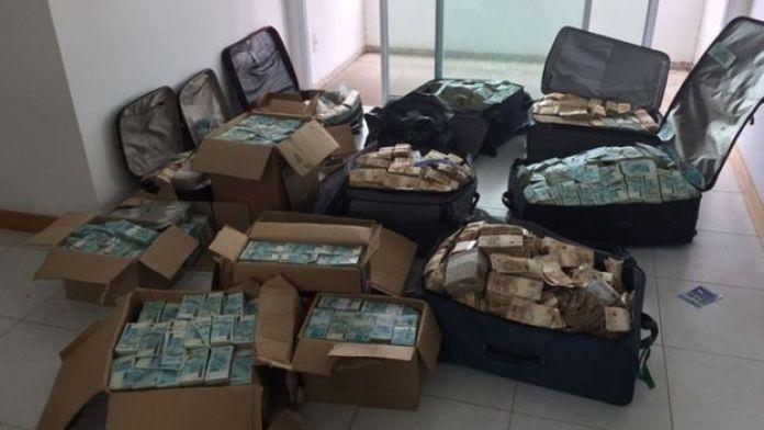 Malas e caixas de dinheiro