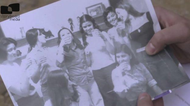 Grupo de mujeres brindando.