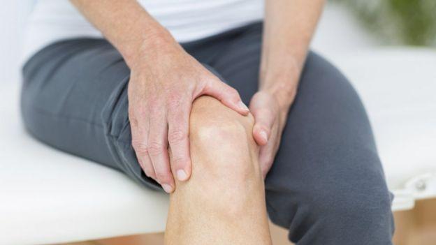 Hombre con dolor en la rodilla.