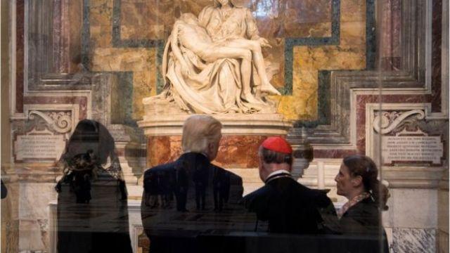 Donlad Trump mirando La Pietá