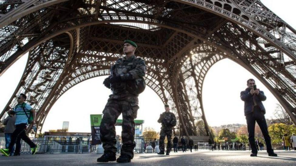 Militares vigiam a Torre Eiffel