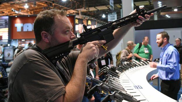 Un comprador de armas durante una exposición.