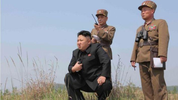 الزعيم الكوري الشمالي كيم جونغ أون واثنين من قادة الجيش