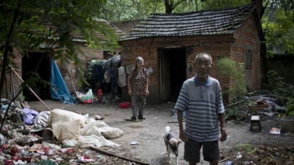 Li Yiixin y Lng Hi, matrimonio frente a su casa en una zona rural de la provincia de Guizhou