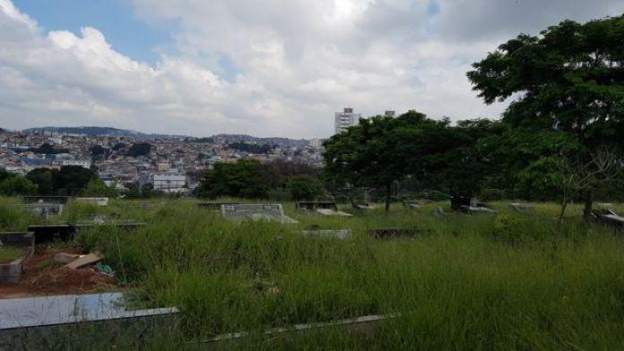 Túmulos do cemitério da Vila Nova Cachoeirinha