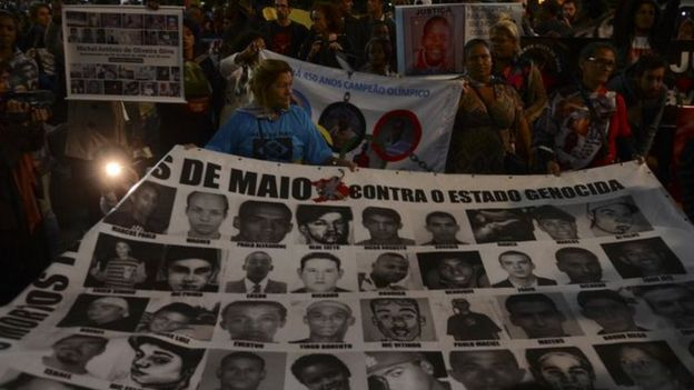 Protesto no centro de São Paulo com cartaz com rosto das vítimas