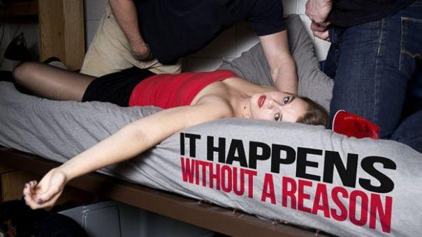 Mujer en una cama con dos hombres empezando a desnudarse