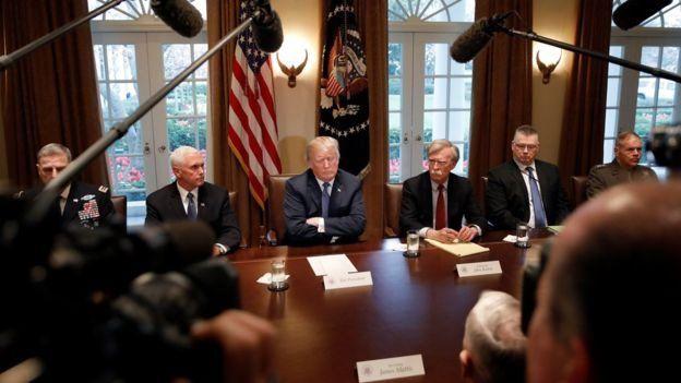 تصویر آرشیوی از نشست مشورتی رئیسجمهوری آمریکا با اعضای شورای امنیت ملی و مقامات نظامی