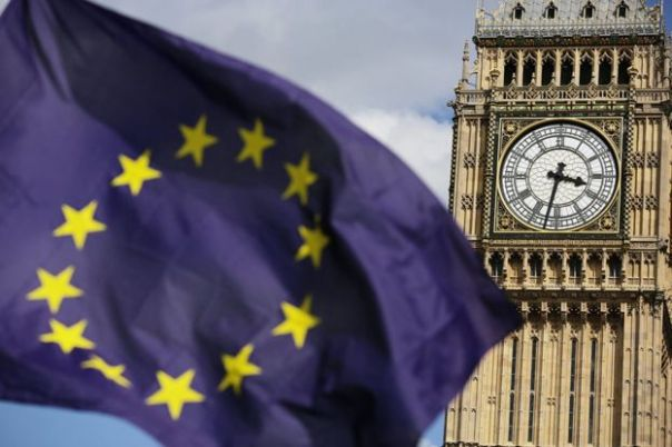 Bandera de la Unión Europea y el Big Ben en Londres.