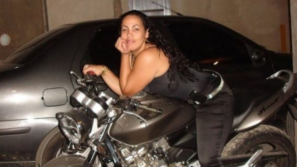 Bibi Perigosa ostentando moto do ex-marido