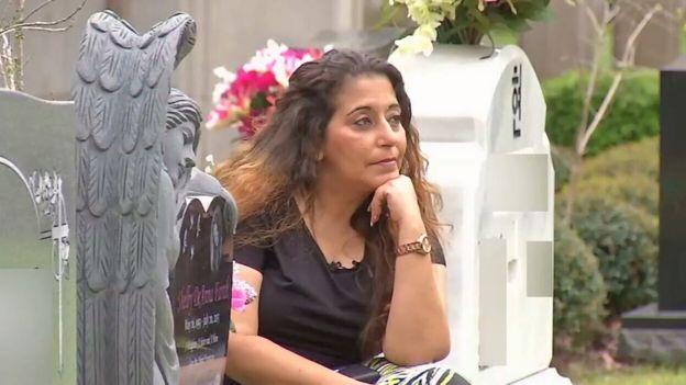 Darlene Farah no túmulo de sua filha, Shelby