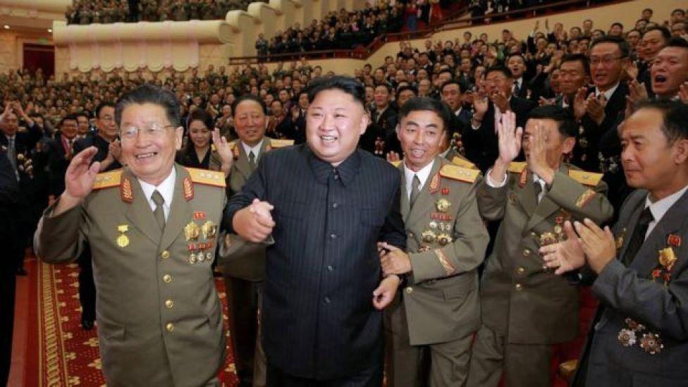 Kim Jong-un e militares norte-coreanos