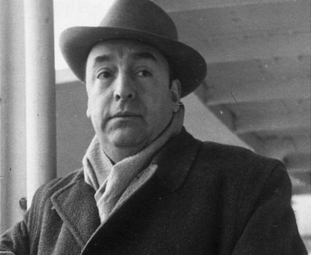 El poeta chileno Pablo Neruda llegando a Capri en 1952.