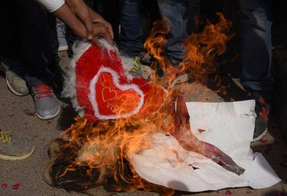 Hinduistas fundamentalistas queimando corações de tecido no dia dos namorados